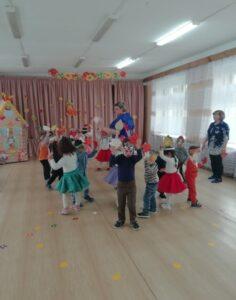 Танец с листочками (1-я разновозрастная гр)