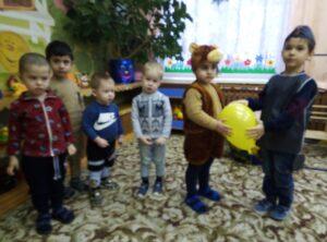 Дети встречают грустного Светофора и идут искать цвета для него в Сказочный город