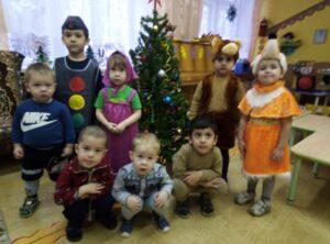 Светофор и малыши около Новогодней елки