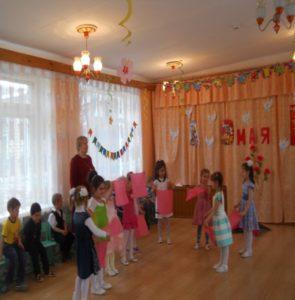 Танец с платочками в исп.2-ой разновозр.гр. (воспитатель Козулина Л.Н.)