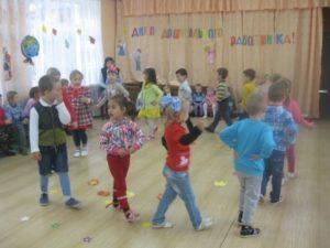 Танец средней группы «Листики»