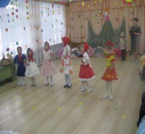 Танец  рябинок ( ср. группа)