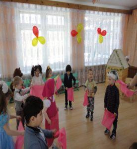 Танец с платочками (2-я мл гр.восп. Конева Е.А.)