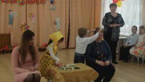 Конкурс «Наряди свою маму» (ср.гр. воспитатель Зайцева Л.А.)