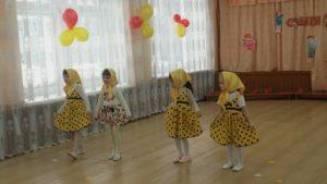 Танец « Матрешки» (средняя группа)