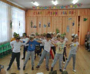 Танец «Моряки» (1-я разновозр.группа, воспитатель Конева Е.А.)