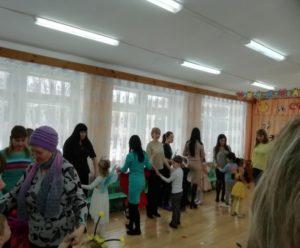 Танец вместе с мамами и бабушками (1- разновозр.гр.)