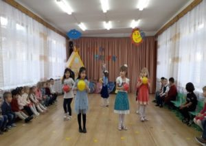 Танец с мячами (разновозрастная гр. № 2)