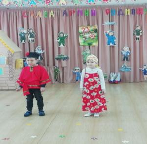 Гости праздника Емеля и Марьюшка.