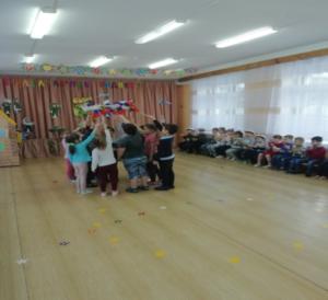 Танец с флажками (подготовит.группа)
